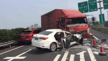 高速上遇到逆行车辆, 为救自己, 一定别犹豫, 握紧方向盘撞上去!