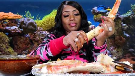 黑人大妈吃帝王蟹腿, 好肥的蟹肉, 吃的超满足