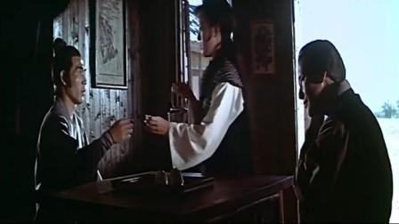 姑娘给客人倒茶,倒完之后自己把茶喝了,客人一脸尴尬!