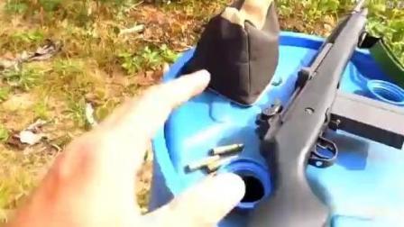 国外小伙展示M14系列半自动步枪