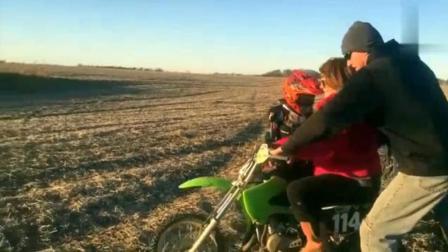 国外牛人们骑摩托车发生的糗事, 太尴尬了!