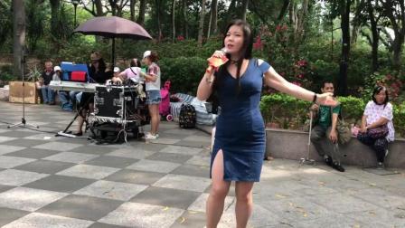 街头艺人芯妮翻唱网络热歌《我们不一样》唱出了另一种风格!