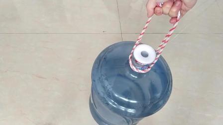 大桶水扛起来太费劲, 一根绳子帮你轻松提起来, 这方法真是太棒了