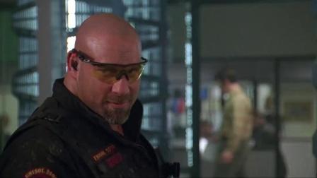 《再造战士2:反攻时刻》  光头猛男单刀插身原地满血复活
