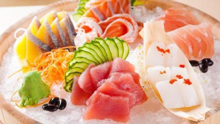 日本街头的生鱼片, 看起来非常鲜嫩, 让人很有食欲