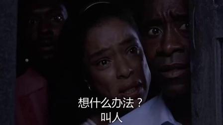 《卢旺达饭店》  男主角半夜目睹邻居被军人暴打