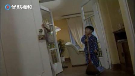 小男孩做家务被妈妈拦下,男孩:我长大了,有责任照顾这个家
