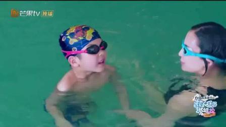 黄圣依鼓励儿子安迪游泳! 安迪最后还是妥协了! 黄圣依的泳姿蛮好看的