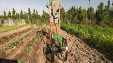 农民大叔发明新型锄地机, 一天可以锄8亩地, 100元能造一个