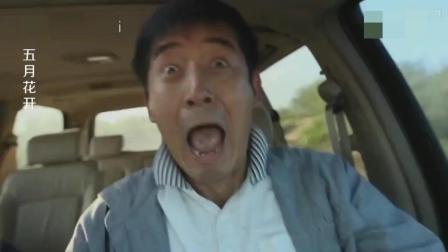 男人开车睡着了, 结果惊险的一幕全车人吓破胆!