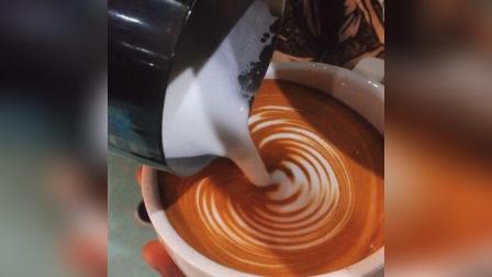 #拿铁咖啡拉花##压纹郁金香#