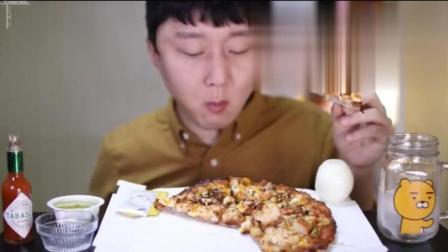 韩国小哥狂吃虾仁披萨, 吃的这么好还要生啃洋葱, 表情超逗