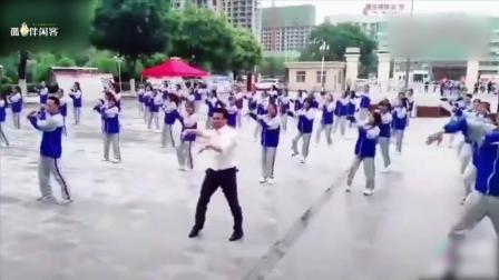 老师领着学生跳C哩舞, 舞姿绝对没个挑!