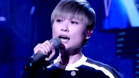 这首歌是李宇春每场演唱会必唱曲目, 每场都是唱跳俱佳和粉丝大合唱, 直接引燃全场!