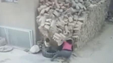 恐怖! 砖垛轰然倒塌 2小孩瞬间遭掩埋