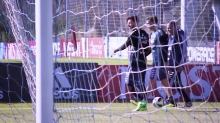 阿根廷训练气氛和谐 梅西谈笑风生迪巴拉神情严肃
