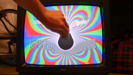 用磁铁干扰CRT电视, 结果会发生什么?