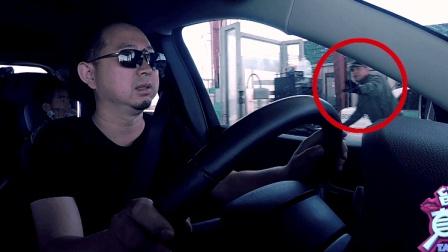 美国高速遇警察安检 中国老爸直接忽视 儿子: 警察让你停车呢