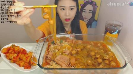 韩国大胃王卡妹, 吃一大锅香肠炖粉条培根金针菇 萝卜泡菜 美式饮料
