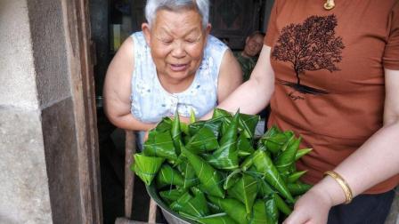 儿媳带上糯米回乡, 给婆婆包了一大盆粽子, 婆婆开心的合不拢嘴了
