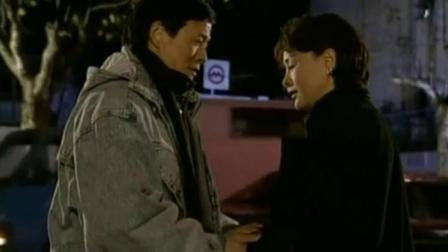 女子鼓励男人不要放弃坚持自己的理想,男人感动的一把抱住了她!