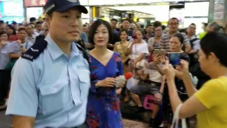 小龙女被香港警察带走了, 场面异常尴尬