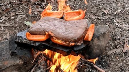 农村小孩野外用石板煎牛排, 吃的津津有味, 我也忍不住流口水了