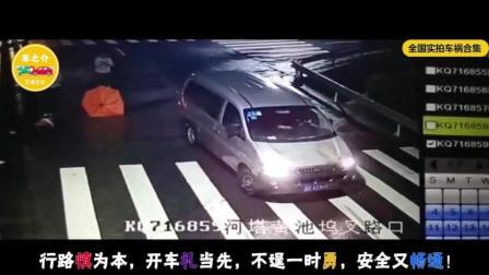 女司机骑车玩手机, 以为自己很厉害, 三秒后直接撞上电杆, 这回长记性了吧!
