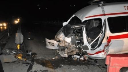 救护车路口上演生死时速, 3秒后被罐装车撞得面目全非, 太悲惨!