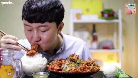 韩国大胃王胖哥, 泡菜炖鸡, 配米饭吃了满满一大盘子, 鸡肉真入味, 吃起来没够!