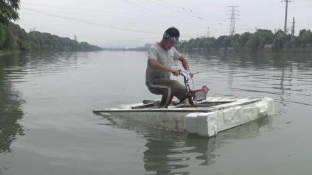 小伙用塑料瓶子自制水上自行车, 话音刚落就掉河里了, 太尴尬了