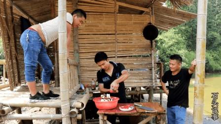 农村四小伙大山里野炊, 4斤重的土鸡烤了2个小时, 连骨头都吃光了