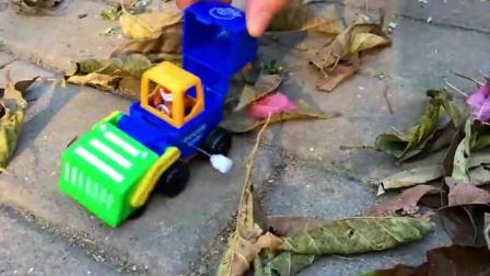光头强挖掘机工程车儿童玩具, 熊大驾驶清扫车在森林清理道路