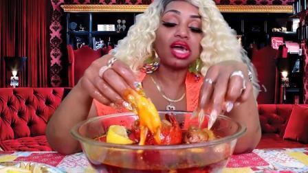 黑人大妈吃龙虾尾, 配一碗油腻腻的拌酱, 吃得满手都是油
