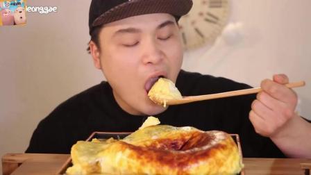 韩国大胃王胖哥Donkey, 吃了一锅焦糖鸡蛋羹, 鲜滑软嫩, 不用嚼, 几口就吸进肚子!