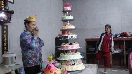农村老人70岁生日, 三个儿子为妈妈买了七层大蛋糕, 感动哭了
