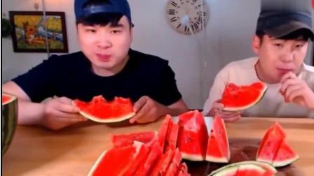 韩国大胃王胖哥吃一个超大的西瓜, 不愧是兄弟, 连 吃相都差不多