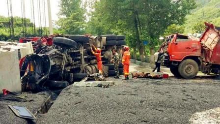 两货车相撞货物散落一地 致3死2伤