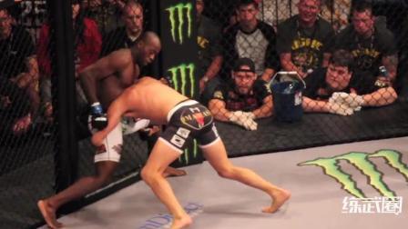 独臂拳手进入MMA擂台, 单手进攻最后竟还降服了对手!
