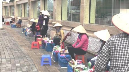 在广西东兴口岸, 很多越南女人来中国做生意, 她们靠什么赚钱
