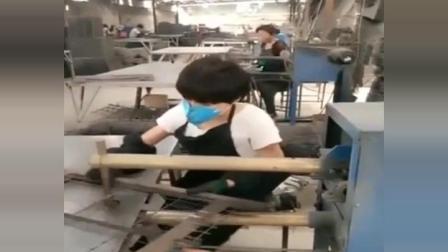 厂里女工上班老听音乐 正想发火的 当音乐响起 包工头服了