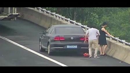 一对情侣高速上因太渴跑到应急车道, 监控拍下这愚蠢的几秒!