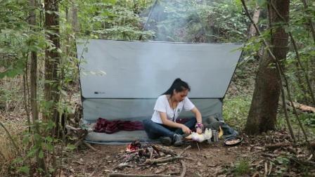 小姐姐丛林独自野营