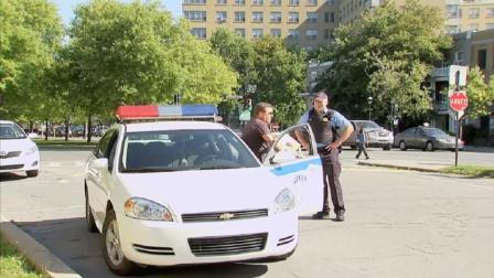搞笑: 路人帮移车被警察拦下, 下车回头一看移的是警车有嘴也解释不清了