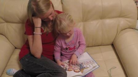 4岁的伊丽莎白读故事书