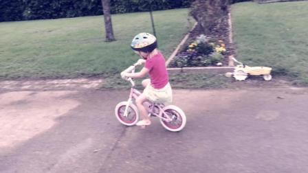 伊丽莎白学骑自行车