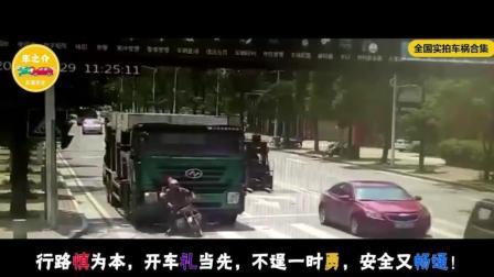 作死摩托车, 非要贴着大车面前走, 3秒后惨遭碾压!