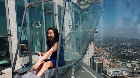 世界上最奇葩滑梯: 离地面300米, 高空全透明玻璃制作, 你敢玩吗?