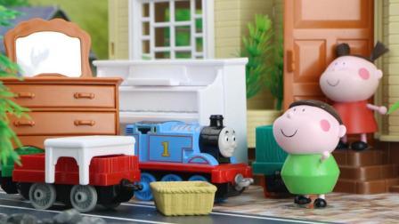 小趣一家到跳蚤市场买了很多家具, 托马斯小火车帮忙运送
