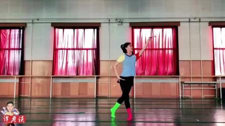 老师的傣族舞跳的很美, 就是红绿袜子太抢眼